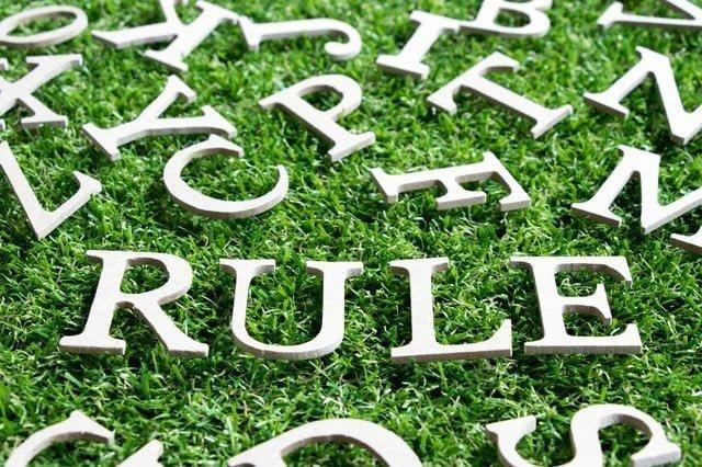 芝生の上にあるルールの文字
