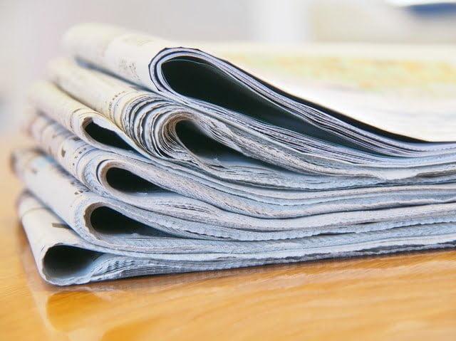 テーブルの新聞紙