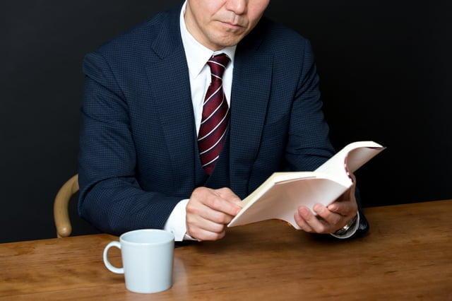 読書しているビジネスマン
