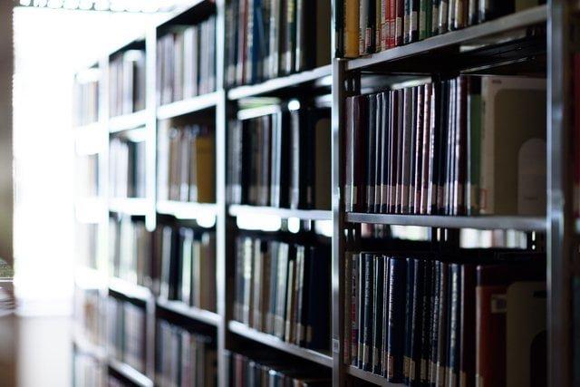 逆光の図書館