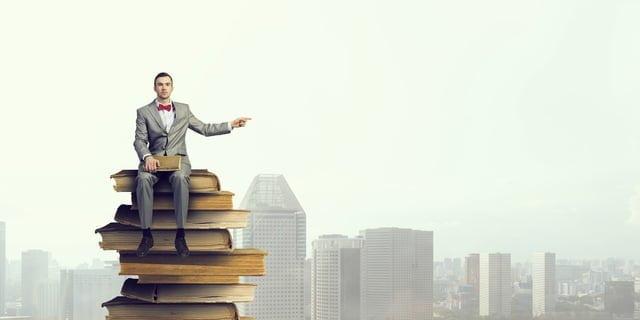 本に座ったビジネスマン