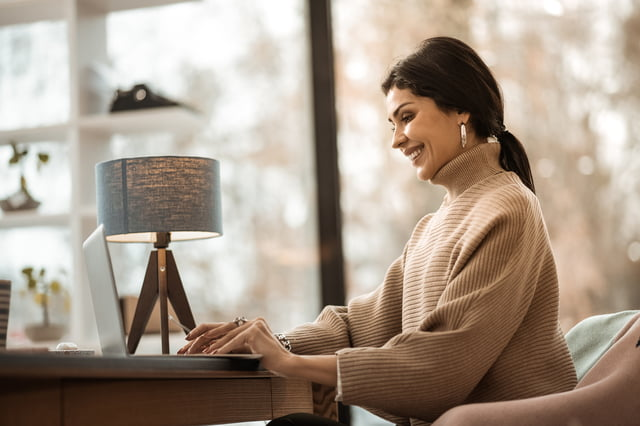 PCで仕事している女性