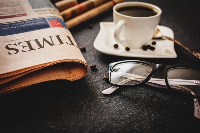 新聞紙とコーヒーとメガネ