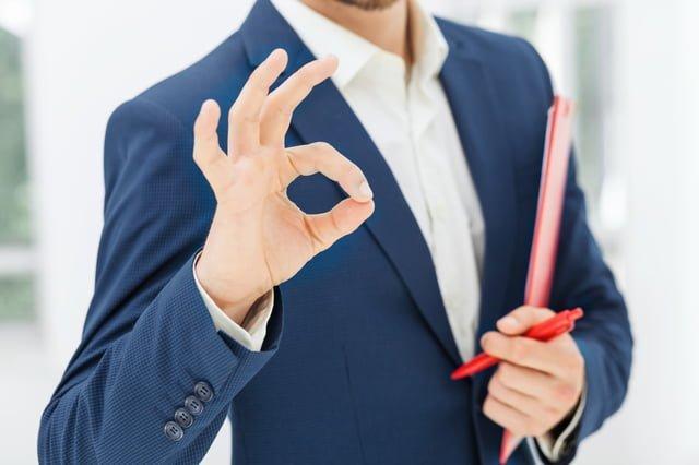 オッケーサインをする男性