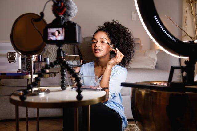 メイクの動画を撮影する女性ブロガー