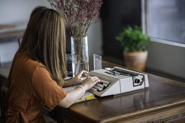 タイプライターを打つ女性