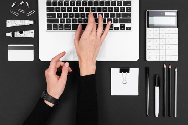 ノートPCとオフィス文具