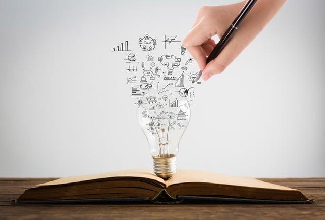 本と電球とスケッチ