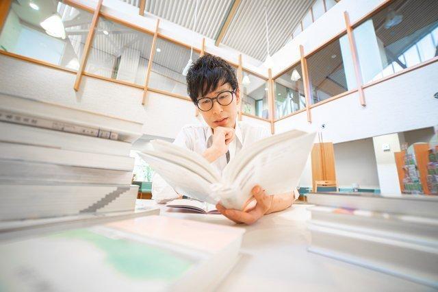 図書館で読書をする男性