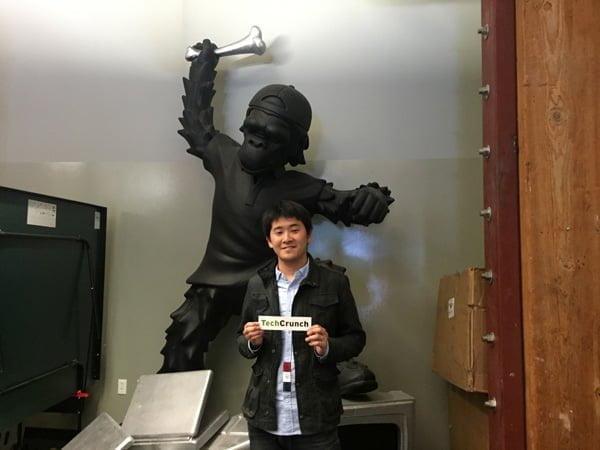 TechCrunchの猿像の前で記念撮影