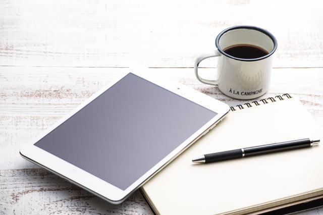 タブレットとノートとコーヒー