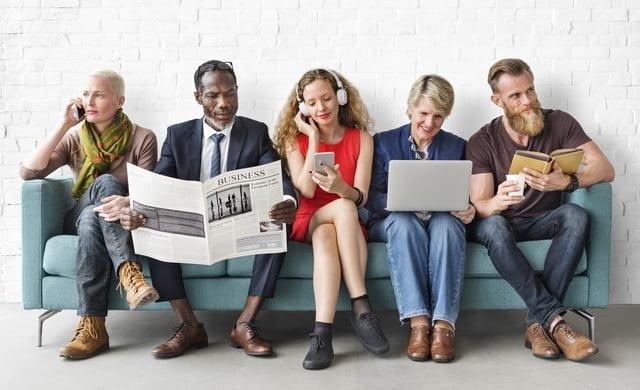 新聞やパソコンなどを見る人々