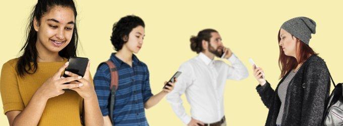 スマートフォンを触る人々