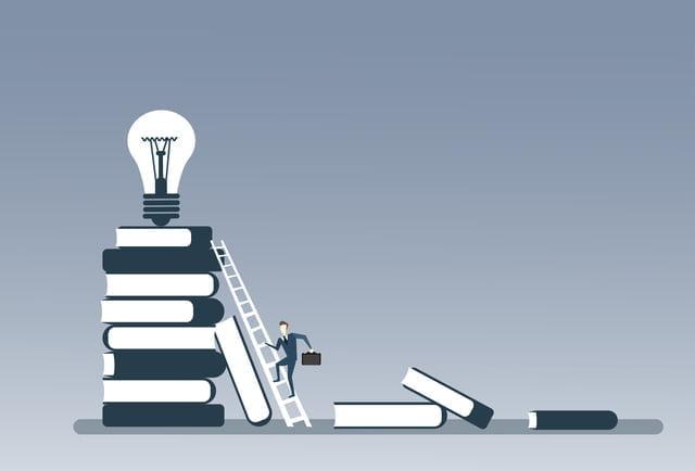 積みあがった本の上にある電球(ひらめき)と、梯子を上る人