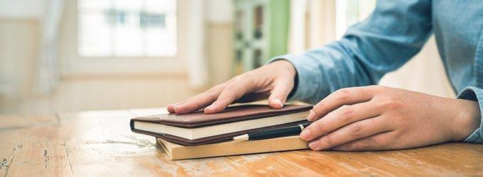 手帳と男性の手