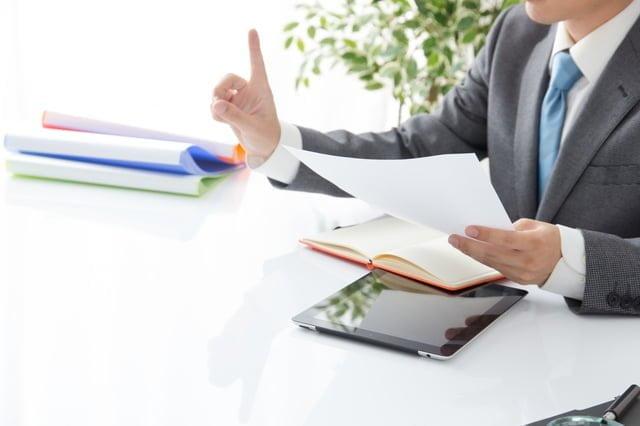 会議で話すビジネスマン