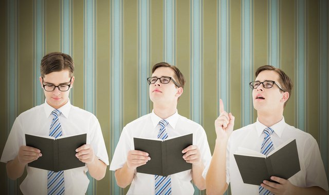 読書をして閃く男性