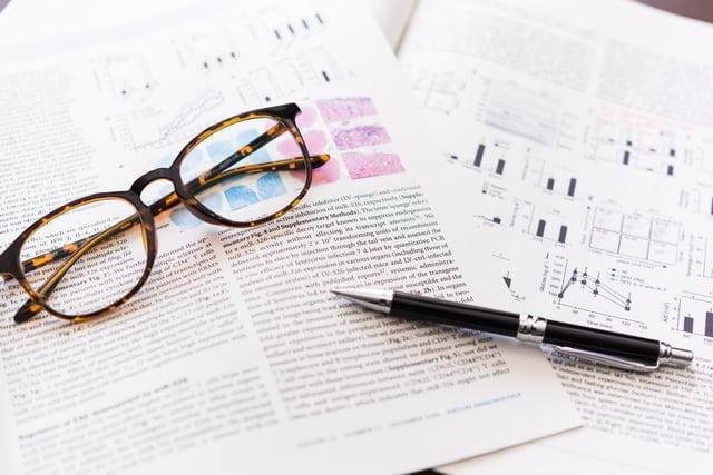 眼鏡とペンと書類