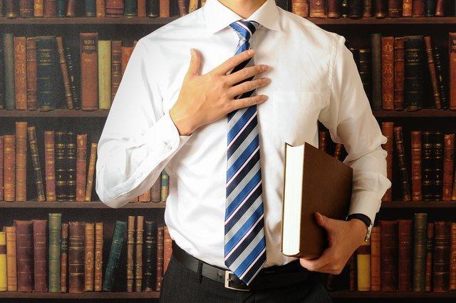 本を持ったビジネスマン